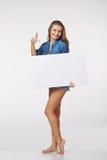 Integral de la mujer hermosa que se coloca detrás, llevando a cabo el bl blanco Fotografía de archivo