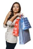 Integral de la mujer que sostiene bolsos de compras y que señala a la cara Fotos de archivo