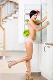 Integral de mujer cerca del refrigerador abierto Fotografía de archivo libre de regalías