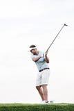 Integral del club de golf de balanceo del hombre de la edad adulta media contra el cielo claro Fotografía de archivo