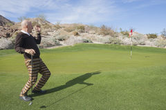 Integrale del giocatore di golf maschio senior che distoglie lo sguardo campo da golf Immagini Stock Libere da Diritti