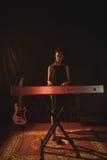 Integrale del musicista che gioca piano in night-club immagine stock