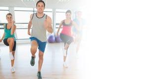 Integrale della classe e dell'istruttore di forma fisica che fanno i pilates eserciti Fotografia Stock