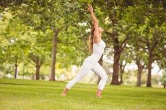 Integrale della donna che si esercita con le mani sollevate Fotografia Stock