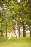 Integrale della donna che si esercita mentre toccando gamba Fotografie Stock Libere da Diritti
