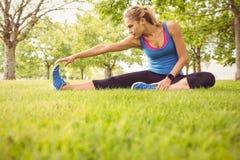 Integrale della donna sportiva che allunga gamba Fotografia Stock Libera da Diritti