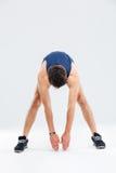 Integrale di addestramento atletico dell'uomo e di fare l'allungamento si esercita Immagine Stock