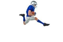 Integrale di funzionamento del giocatore di football americano con la palla fotografia stock libera da diritti