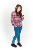 Integrale tagliato dell'adolescente che ascolta il lettore MP3 fotografia stock