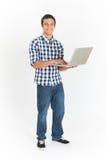 Integrale tagliato dell'adolescente che per mezzo del computer portatile fotografia stock