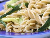 Integrale Teigwaren mit Zucchini Stockfotos