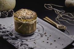 Integrales Brot mit Sonnenblume auf schwarzer Tabelle Lizenzfreies Stockbild