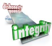 Integrità contro gli opposti dell'equilibrio della scala di parole di disonestà Fotografie Stock