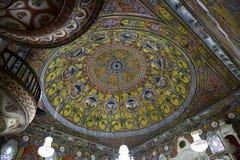 Inteior de la mezquita adornada en Tetova, Macedonia Foto de archivo libre de regalías