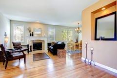 Inteior de salon avec la cheminée et le plancher en bois dur. photographie stock