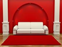 Inteiror. Sofá entre las columnas en sitio rojo Imagen de archivo