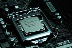 Intel CPU som installeras på ett moderkort arkivfoton