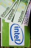 Intel logotype op een nieuwe computerdoos Stock Foto's