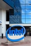 Intel znak przy Korporacyjnymi kwaterami głównymi. Fotografia Stock