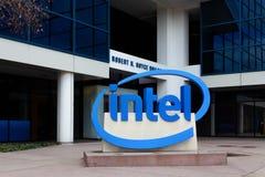 Intel znak przy Korporacyjnymi kwaterami głównymi. Zdjęcia Royalty Free