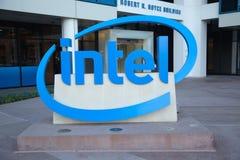 Intel znak przy Korporacyjnymi kwaterami głównymi. Zdjęcie Stock