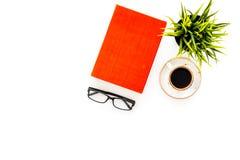 Intelektualny rozrywki pojęcie Książki z pustymi okładkowymi pobliskimi szkłami, coffe, roślina na białej desktop widok przestrze Obraz Stock