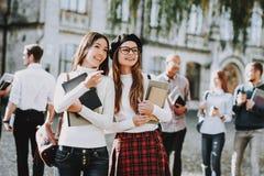 Inteligencia muchachas Togeyher feliz estudiantes imagenes de archivo