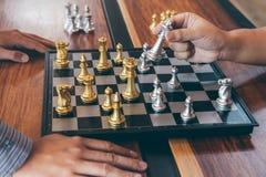 Inteligentny biznesmen bawi? si? szachowej gry rywalizacj? z opposite dru?yn?, planistyczny biznes strategiczny rozw?j dla wygran fotografia stock