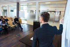 Inteligentny mówca na biznesowej konferenci w spotkanie sala Obraz Royalty Free
