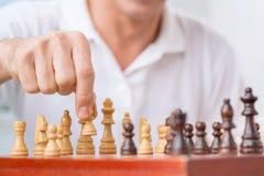 Inteligentny mężczyzna bawić się szachy Fotografia Stock
