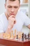 Inteligentny mężczyzna bawić się szachy Fotografia Royalty Free