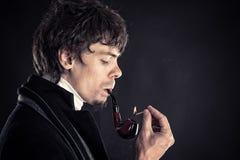 Inteligentny mężczyzna dymi tytoniu Obrazy Royalty Free