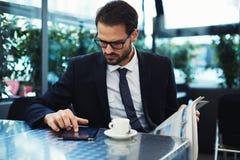 Inteligentny mężczyzna w czarnym kostiumu obsiadaniu na lato tarasie restauracja Zdjęcie Stock