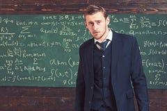 Inteligentny mężczyzna w kostium pozycji w sali lekcyjnej Arystokrata i elita poj?cie obraz royalty free