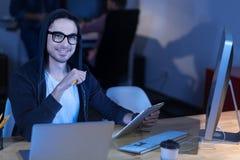 Inteligentny szczęśliwy mężczyzna cieszy się jego praca zdjęcia stock