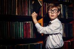 Intelligent in bibliotheek stock afbeeldingen