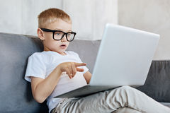 Intelligent concentreerde weinig jongen zich bij de lezing Royalty-vrije Stock Afbeeldingen
