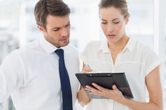 Intelligent gekleidete Kollegen, die digitale Tablette verwenden Lizenzfreie Stockfotografie