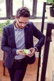 Intelligent stiligt mananseende med en flaska royaltyfri bild