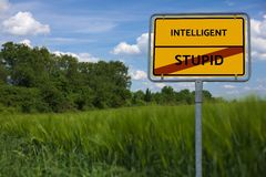 INTELLIGENT - STOM - beeld met woorden verbonden aan de onderwerpkunstmatige intelligentie, woordwolk, kubus, brief, beeld, illus royalty-vrije stock foto