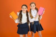 Intelligent und entzückend Nette Schulmädchen, die Lektionsbücher halten Wenig Kinder mit Schultagebüchern für die Herstellung vo stockbild