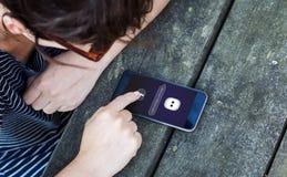 intelligente APP der Frauentabelle persönlicher Assistenz stockfotografie