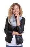 Intelligente blonde Frau in einer Lederjacke Lizenzfreie Stockbilder
