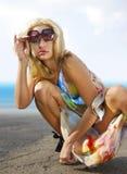 Intelligente Blondine auf Küste Stockbild