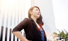 Intelligente Damenaktion auf Gebäude stockbilder