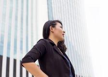 Intelligente Damenaktion auf Gebäude lizenzfreie stockbilder