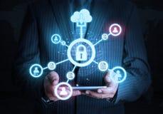 Intelligente Hand, die futuristische Verbindungstechnologie der Verschlusstablette hält Lizenzfreies Stockfoto