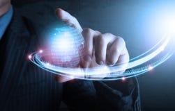 Intelligente Hand, die futuristische Verbindungstechnologie zeigt Stockbild