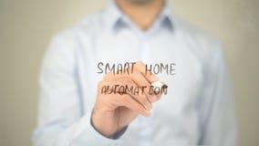 Intelligente Hausautomation, Mann-Schreiben auf transparentem Schirm Lizenzfreies Stockbild