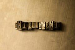 INTELLIGENTE - il primo piano dell'annata grungy ha composto la parola sul contesto del metallo immagini stock